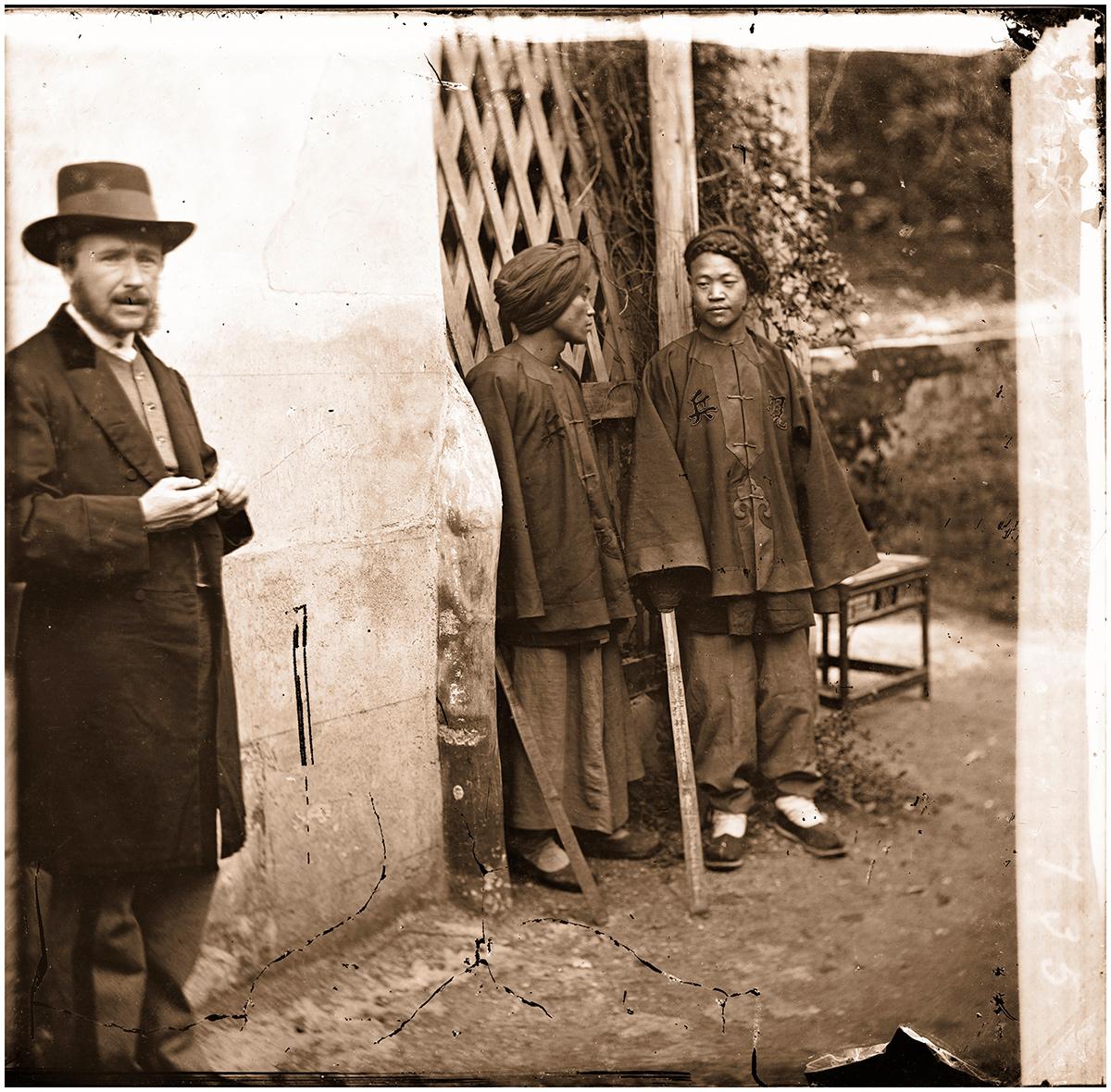 John Thompson - Two Manchu soldiers with John_Thomson.